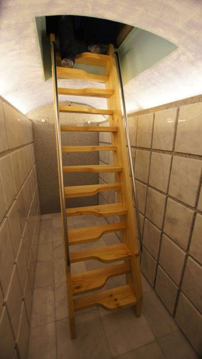 Escaleras acceso columbario San Pedro