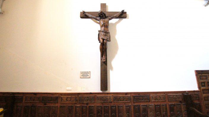 Cristo y placa conmemorativa columbario